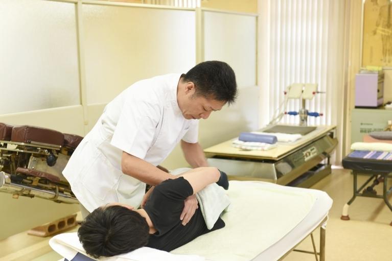「整体、マッサージ、けん引療法、鍼・灸などの治療がトータルで受けられる整骨院」
